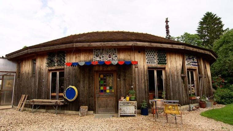 Maison bouteilles ma maison est la plus originale de for Facade maison originale